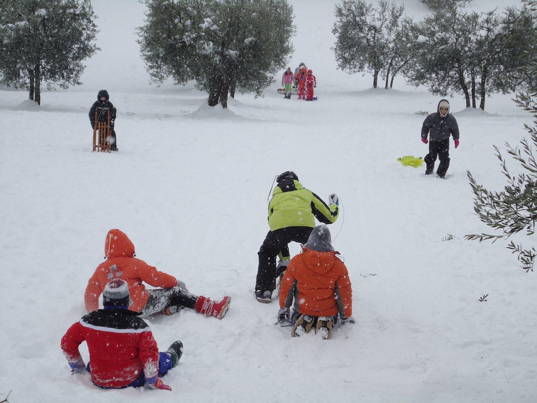children-on-snow-869526_1920